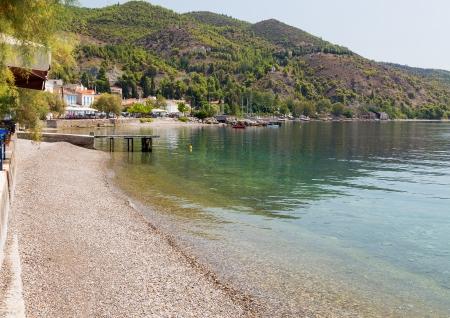 Limni 村、ユービア島、ギリシャの小石のビーチ