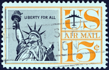 stempeln: USA - CIRCA 1961  A stamp printed in USA shows Statue of Liberty, circa 1961