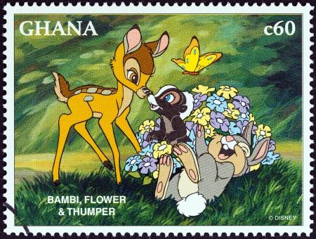 GHANA - vers 1996 Un timbre imprimé au Ghana de l'Exposition 1996 Musée du timbre, Orlando, États-Unis - Disney Friends - Personnages Disney Cartoon question montre Bambi, Fleur et Panpan, vers 1996 Banque d'images - 24329477