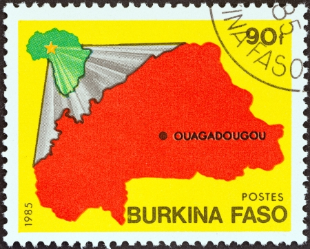 estampilla: BURKINA FASO - CIRCA 1985  A stamp printed in Burkina Faso from the  National Symbols  issue shows Maps of Africa and Burkina Faso, circa 1985
