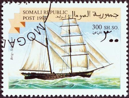 estampilla: SOMALIA - CIRCA 1998  A stamp printed in Somalia shows a brig sailing ship, circa 1998