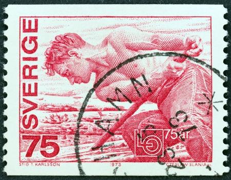 confederation: SVEZIA - CIRCA 1973 Un timbro stampato in Svezia rilasciato per il 75 � anniversario della confederazione svedese dei sindacati mostra un boscaiolo, circa 1973