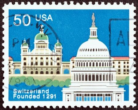 confederation: USA - CIRCA 1991 Un timbro stampato in USA rilasciata per il 700 � anniversario della Confederazione svizzera mostra Palazzo federale, Berna e Capitol, Washington, circa 1991