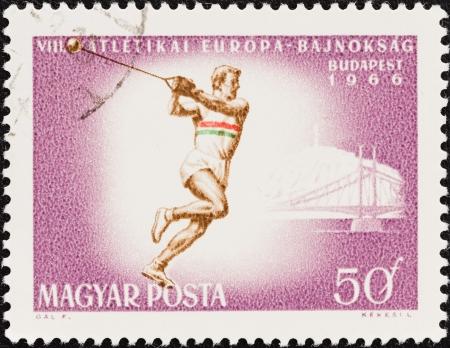lancer marteau: HONGRIE - CIRCA 1966 Un timbre imprim� en Hongrie lors des Championnats d'Europe d'athl�tisme 8e, question Budapest montre Lancer du marteau, circa 1966