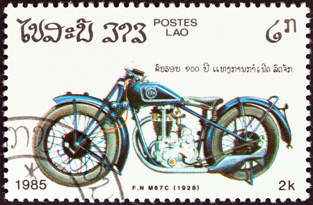 estampilla: LAOS - CIRCA 1985  A stamp printed in Laos from the  Centenary of Motorcycle   issue shows a F N  M67C, 1928, circa 1985