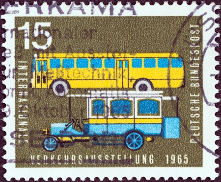 stempeln: GERMANY - CIRCA 1965  A stamp printed in Germany from the  International Transport Exhibition, Munich  issue shows Old and modern postal buses, circa 1965   Editorial