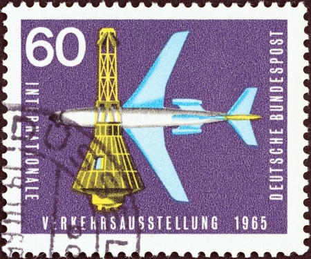 estampilla: GERMANY - CIRCA 1965  A stamp printed in Germany from the  International Transport Exhibition, Munich  issue shows Boeing 727-100 Airliner and Space Capsule, circa 1965   Editorial