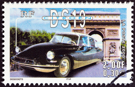 stempel: FRANCE - CIRCA 2000  A stamp printed in France from the  Philexjeunes 2000   issue shows Citroen DS19, circa 2000