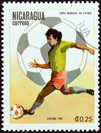 stempel: NICARAGUA - CIRCA 1982  A stamp printed in Nicaragua from the  World Cup Football Championship, Spain   2nd issue shows player running with ball, circa 1982