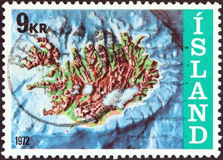 reclamos: Islandia - CIRCA 1972 Un sello impreso en Islandia desde el tema de Reclamaciones offshore Islandia s muestra mapa de contorno y la plataforma continental, alrededor de 1972