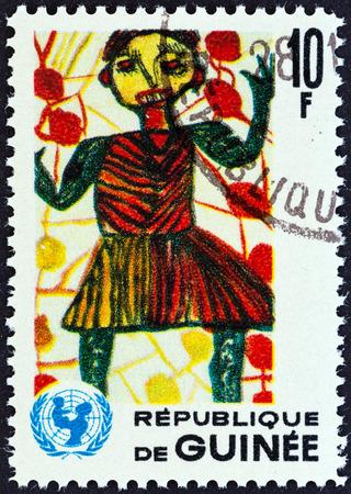 unicef: GUINEA - CIRCA 1966 Un francobollo stampato in Guinea dal 20 ° anniversario del rilascio UNICEF mostra bambino in giardino bambini che disegnano, circa 1966