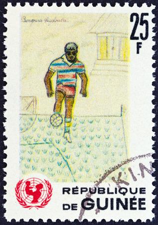 unicef: GUINEA - CIRCA 1966 Un francobollo stampato in Guinea dal 20 � anniversario del rilascio UNICEF mostra bambini calciatore disegno, circa 1966
