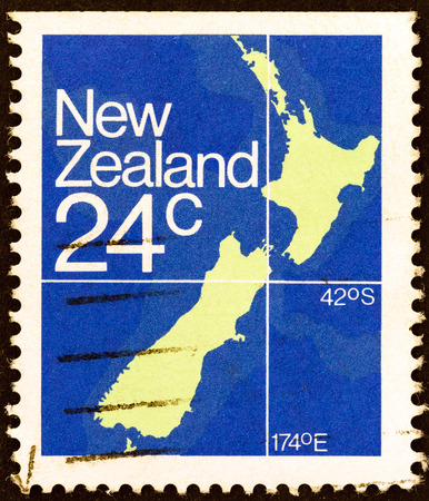 stempel: NEW ZEALAND - CIRCA 1982  A stamp printed in New Zealand shows Map of New Zealand, circa 1982