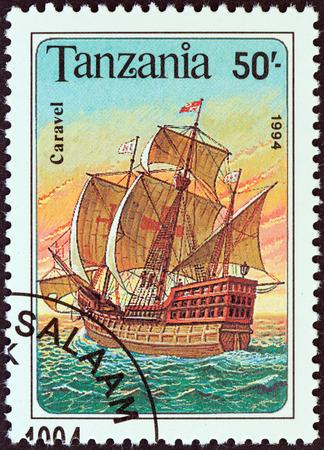 caravelle: TANZANIE - CIRCA 1994 Un timbre imprim� en Tanzanie � partir de la question Voile navires montre un Caravel, vers 1994