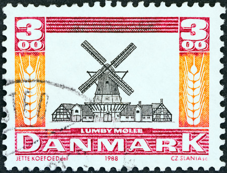 stempeln: DENMARK - CIRCA 1988  A stamp printed in Denmark from the  Mills  issue shows Lumby Windmill, circa 1988