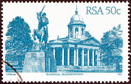 suid: SOUTH AFRICA - CIRCA 1982  A stamp printed in South Africa from the  South African Architecture  issue shows Raadsaal, Bloemfontein, circa 1982