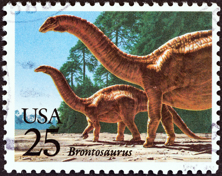 sello: USA - CIRCA 1989  A stamp printed in USA from the  Prehistoric Animals  issue shows Brontosaurus, circa 1989