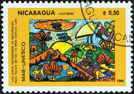 pablo: NICARAGUA - CIRCA 1984 Un francobollo stampato in Nicaragua dalla questione Campagna UNESCO Environmental Protection mostra bambini che difendono Natura Pablo Herrera Berrios, circa 1984