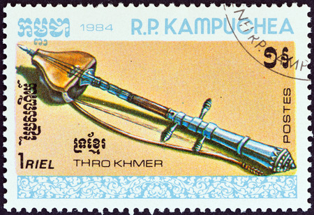 sello: KAMPUCHEA - CIRCA 1984  A stamp printed in Kampuchea from the  Musical Instruments   issue shows Thro khmer  stringed instrument , circa 1984