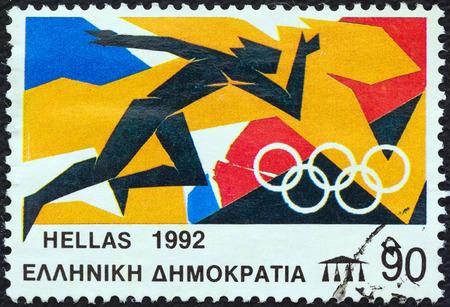 deportes olimpicos: GRECIA - CIRCA 1992 Un sello impreso en Grecia de los Juegos Olímpicos, tema de Barcelona, ??muestra a un corredor, alrededor de 1992