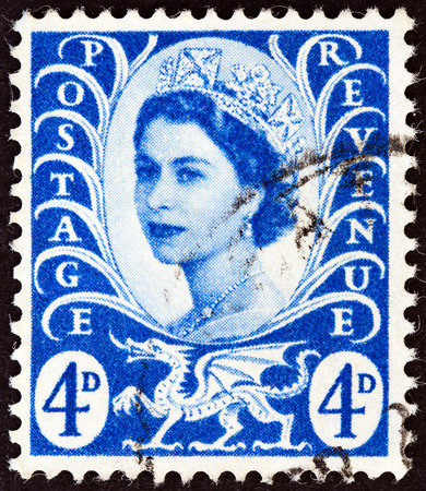 sello: UNITED KINGDOM - CIRCA 1966  A postage stamp printed in United Kingdom shows queen Elizabeth II and Wales emblem, circa 1966   Editorial