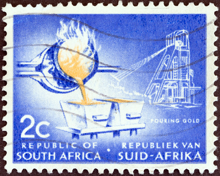 stempeln: SOUTH AFRICA - CIRCA 1961  A stamp printed in South Africa from the  Republic   issue shows Pouring gold, circa 1961   Editorial