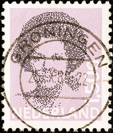 stempeln: NETHERLANDS - CIRCA 1981  A stamp printed in the Netherlands shows a portrait of Queen Beatrix, circa 1981