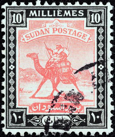 estampilla: SUDAN - CIRCA 1921  A stamp printed in Sudan shows Arab Postman on camel, circa 1921