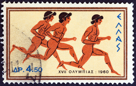 deportes olimpicos: GRECIA - CIRCA 1960 Un sello impreso en Grecia de los Juegos Olímpicos, tema de Roma muestra carreras de velocidad, alrededor de 1960 Editorial