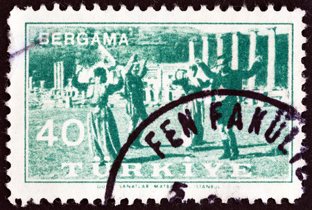 estampilla: TURKEY - CIRCA 1957  A stamp printed in Turkey from the  Bergama Fair   issue shows folk dancing, circa 1957