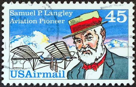 stempeln: USA - CIRCA 1988  A stamp printed in USA shows aviation pioneer Samuel P  Langley and his Aerodrome No  5 machine, circa 1988
