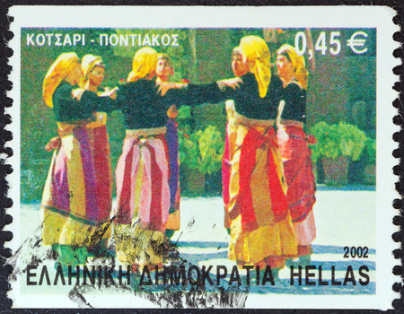 stempeln: GREECE - CIRCA 2002  A stamp printed in Greece from the  Greek Dances  issue shows Kotsari dance, Pontian, circa 2002   Editorial