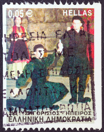 stempeln: GREECE - CIRCA 2002  A stamp printed in Greece from the  Greek Dances  issue shows Zagorissios dance, Epirus, circa 2002   Editorial