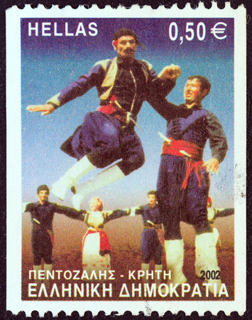 stempeln: GREECE - CIRCA 2002  A stamp printed in Greece from the  Greek Dances  issue shows Pentozalis dance, Crete, circa 2002
