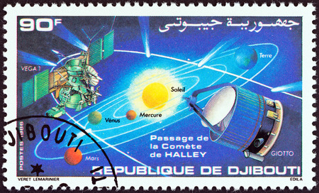 "trajectoire: DJIBOUTI - CIRCA 1986: Un timbre imprim� � Djibouti de la ""Apparence de la com�te de Halley"" la question montre syst�me solaire, com�te trajectoire et sondes spatiales Giotto et Vega 1, circa 1986."