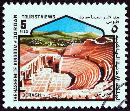 """teatro antiguo: JORDANIA - alrededor de 1978: Un sello impreso en Jordania desde la  """"puntos de vista tur�stico """" cuesti�n muestra de teatro antiguo, Jerash, alrededor de 1978."""