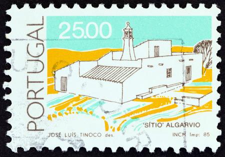 sello: PORTUGAL - CIRCA 1985: A stamp printed in Portugal from the Traditional Architecture  issue shows Sitio house, Algarve, circa 1985.