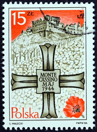 memorial cross: POLONIA - CIRCA 1984: Un francobollo stampato in Polonia rilasciato per il 40 � anniversario della battaglia di Monte Cassino mostra Monte Cassino Memorial Cross e Monastero, circa 1984.