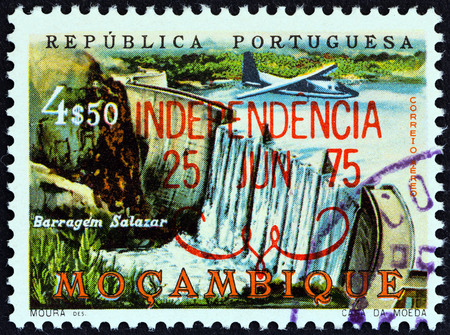 estampilla: MOZAMBIQUE - CIRCA 1975: A stamp printed in Mozambique from the Independence issue shows Salazar Barrage, circa 1975. Editorial