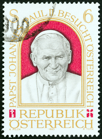 sello: AUSTRIA - CIRCA 1983: A stamp printed in Austria issued for the Papal Visit to Austria shows Pope John Paul II, circa 1983.