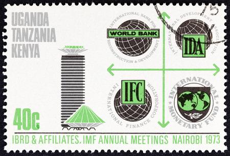 """banco mundial: KENIA UGANDA TANGANYIKA - CIRCA 1973: Un sello impreso en Kenia Uganda Tanganyika de la  """"del FMI  Banco Mundial Conferencia """" cuesti�n muestra emblemas del Banco y el Palacio de Congresos, alrededor de 1973."""