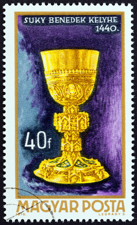 sello: HUNGARY - CIRCA 1970: A stamp printed in Hungary from the Goldsmith Art  issue shows Chalice of Benedek Suky, 1400, circa 1970.