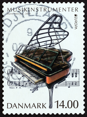 estampilla: DENMARK  CIRCA 2014: A stamp printed in Denmark from the Music Instruments  issue shows Grand piano circa 2014.
