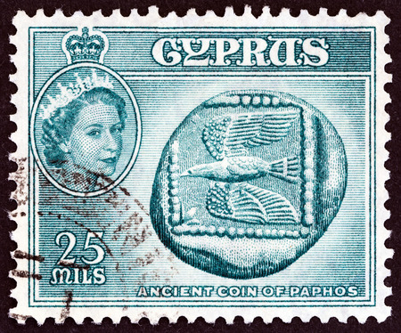 estampilla: CYPRUS  CIRCA 1955: A stamp printed in Cyprus shows Ancient coin of Paphos 5th century B.C. and Queen Elizabeth II circa 1955. Editorial