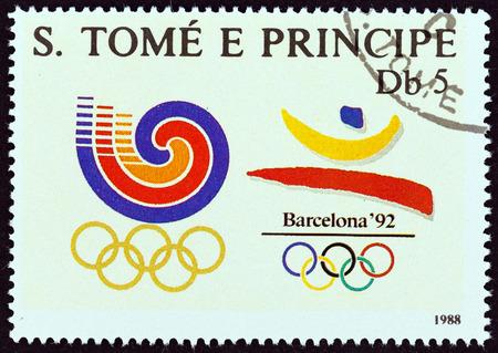 principe: SANTO TOM� Y PR�NCIPE CIRCA 1988: Un sello impreso en Santo Tom� y Pr�ncipe muestra los Juegos Ol�mpicos de Se�l y Barcelona emblemas alrededor del a�o 1988.