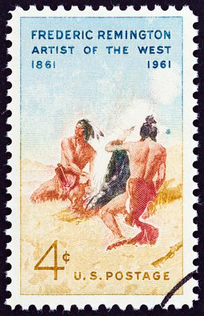 frederic: EE.UU. alrededor de 1961: Un sello impreso en los EE.UU. emitida con motivo del centenario del nacimiento de Frederic Remington muestra El Smoke Signal despu�s Remington alrededor de 1961.