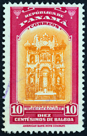 estampilla: PANAMA  CIRCA 1942: A stamp printed in Panama shows Golden Altar Church of St. Jose circa 1942. Editorial