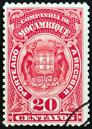 timbre: MOZAMBIQUE COMPANY  CIRCA 1919: A stamp printed in Mozambique shows Elephant holding Coat Of Arms circa 1919.