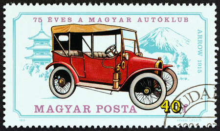 estampilla: HUNGARY  CIRCA 1975: A stamp printed in Hungary from the 75th anniversary of Hungarian Automobile Club. Vintage cars  issue shows Arrow 1915 circa 1975.