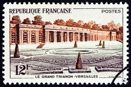 postes: FRANCE - CIRCA 1956: A stamp printed in France shows Grand Trianon, Versailles, circa 1956.